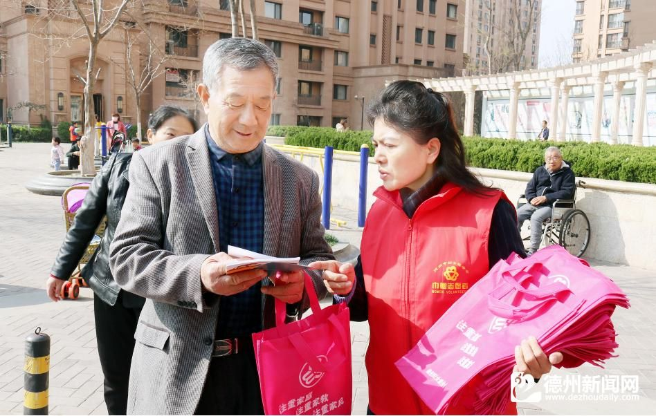 市婦聯組織開展文明交通宣傳活動