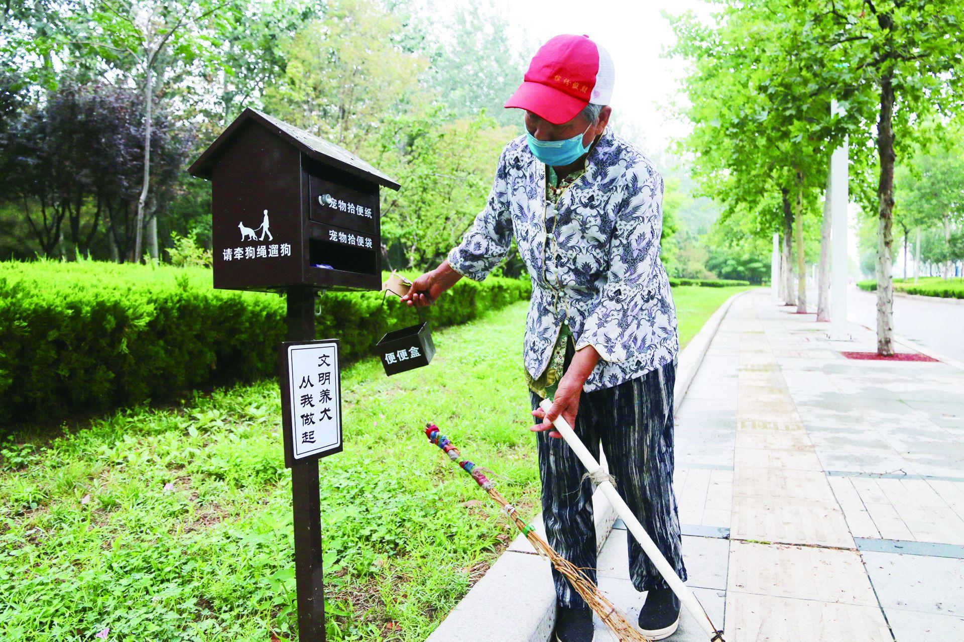 长河公园配置宠物粪便箱 文明养宠物 美景大家护