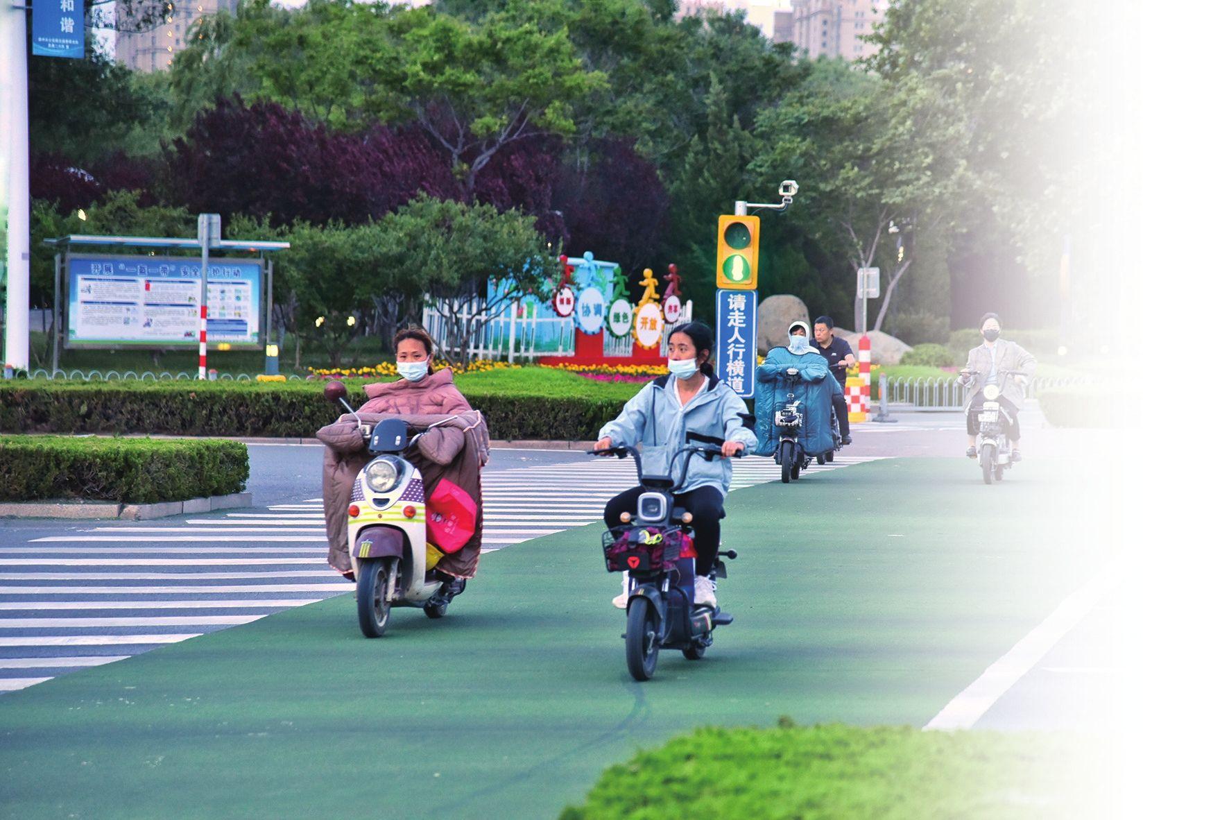 """骑乘电动车戴头盔者总体不多  德州多数人表示""""不习惯"""""""