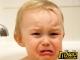 危险!2岁男童玩剪刀摔倒扎入面部 情况危急送医