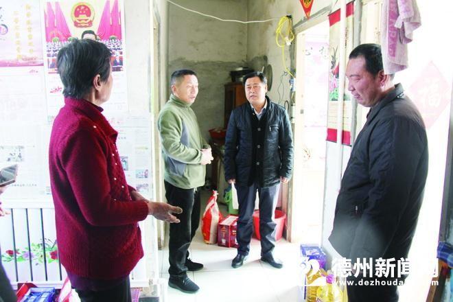 农行宁津县支行领导为贫困家庭送去节日祝福