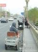 近期桥上钓鱼者增多  违法停车现象频现