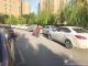 """车位少 路边却突然禁停 物业:两排车辆堵了居民""""生命通道"""""""