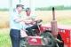 齐河县交警大队民警向农民朋友发放宣传资料