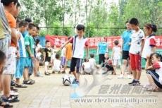 """山东体育学院暑期""""三下乡"""" 教孩子们足球基础"""