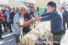 徐园子乡柴家村为85名70岁以上老人发放中秋福利