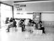潘店镇雅元小学在师生进入教室的必经之处设置了书架或者报刊夹