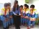 老师与孩子们共同阅读《少年学党史》