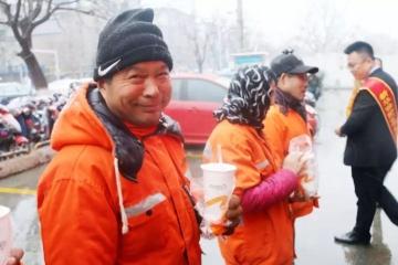 致敬最美劳动者|年关将近,我们和环卫工人一起迎接新春