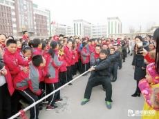 陵城区第五中学组织开展教职工冬季拔河比赛