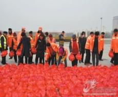 临邑县临兴木业有限公司为环卫工人赠送苹果