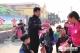 夏津民警向家长及孩子们发放安全教育资料