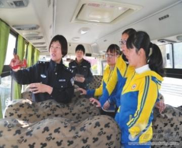 县交警大队开展校车安全应急演练活动