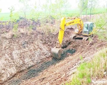 赵虎镇张庄村东河道进行清淤疏浚作业