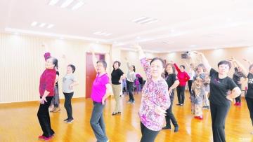 """东风社区老年大学学员  快乐舞蹈找回""""青春"""""""