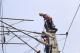 京滬鐵路德州供電工區更換新型復合棒式絕緣子
