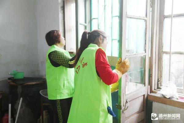 德州运河经济开发区组织志愿者到贫困户家中打扫卫生