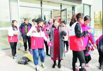 袁桥镇牟庄社区服务中心组织开展抖空竹兴趣学习活动