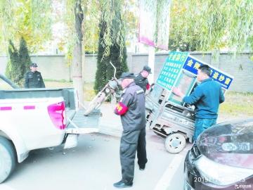 经济技术开发区综合执法大队执法人员清理僵尸广告车