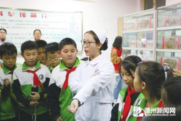 小学生参观山东省科普教育基地