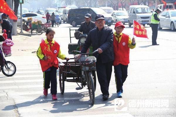 小学生上街宣传交通法规