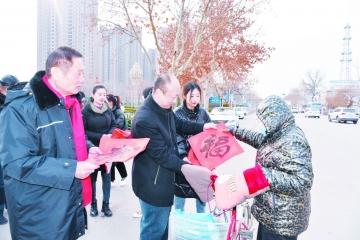 """乐陵市总工会志愿者为市民送春联和""""福""""字"""