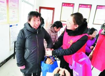 乐陵市妇幼保健院志愿服务队看望贫困家庭和孤寡老人