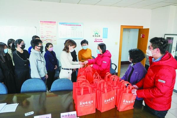 英翔·橙志愿服務團向德州日報社贈送物資
