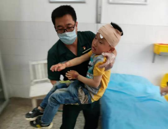 """为受伤男孩充当""""临时爸爸"""",这位院前急救人员的行为暖哭所有人"""