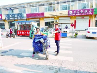 大曹鎮鎮村兩級新時代文明實踐志愿者疏導學校路口車輛