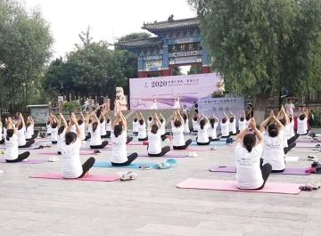 陵城区瑜伽、旗袍大会在颜真卿公园举行