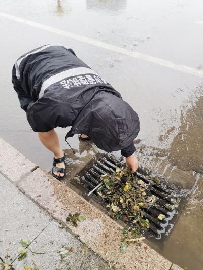 陵城区综合行政执法局全员上岗应对雨情