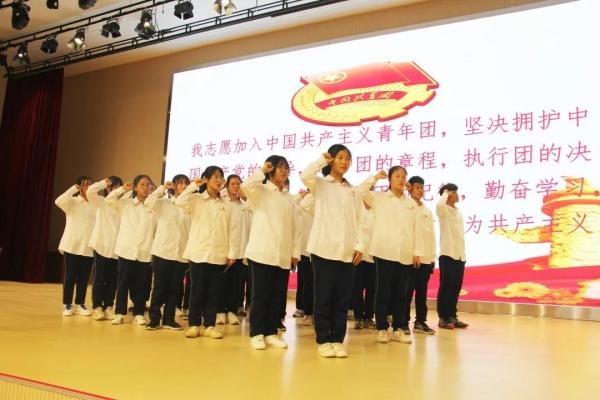 陵城区祥龙高级中学举行入团仪式