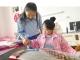 陵城:爱心学校为残疾少女送来古筝作为礼物