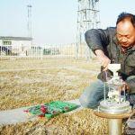 武城县气象局业务技术人员开展冬季气象仪器维护工作