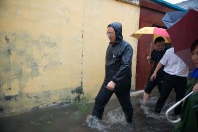 陈飞督导防汛工作强调:确保城市安全度汛 确保人民群众生命财产安全