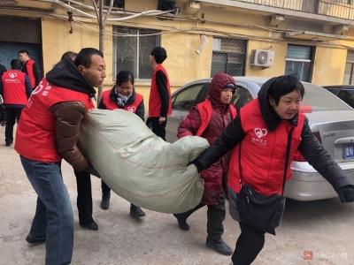 市义工协会、市扶贫开发办:3500件棉衣送给宁津贫困群众
