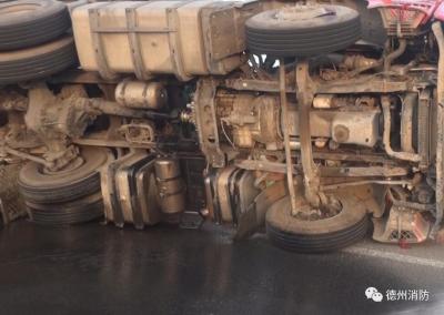 运输车侧翻漏油司机竟当场抽烟