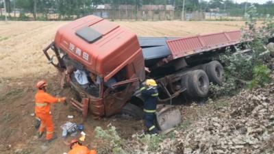 大货车冲进路边河沟 消防人员紧急救援