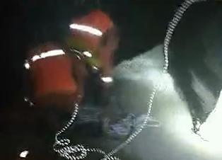 惊险!昨晚有人跳岔河桥轻生,民警消防员紧急营救