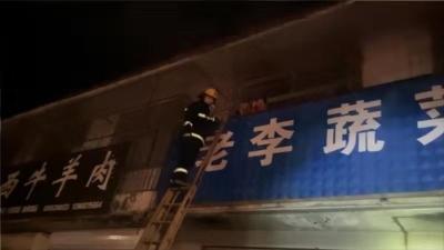德州一铺面起火,邻居灭火又报警,消防员抢救出襁褓中的婴儿……