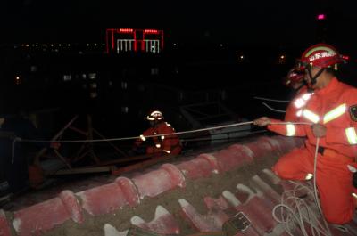 紧急!德州一小区太阳能热水器悬挂在楼顶!随时坠落!还好消防员来了!