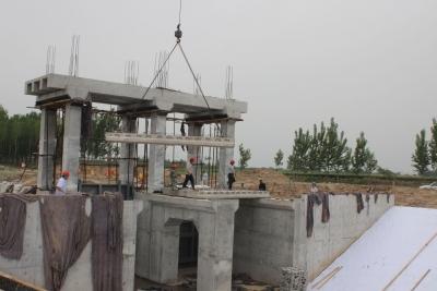 禹城水利局加快省重点水利工程建设 4座重建水闸完成吊装