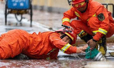 你趴在地上的样子真帅    大雨致沿街商铺被淹 消防员冒雨急救