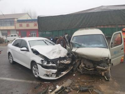 2分09秒 | 两车对向撞毁!3人受伤!德州消防紧急救援