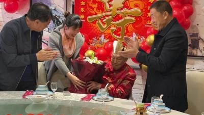 致敬!德州百岁老兵庆生  高歌《没有共产党就没有新中国》