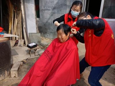 暖心   二月二青年志愿者进村入户为特殊老人义剪