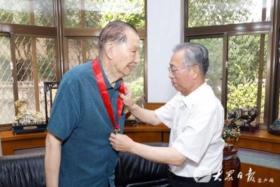 刘家义李干杰走访慰问正省级老同志并颁发纪念章