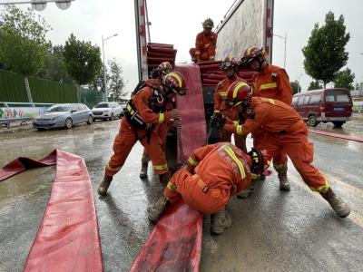 德州消防抵达郑州 为一医院地下车库排涝