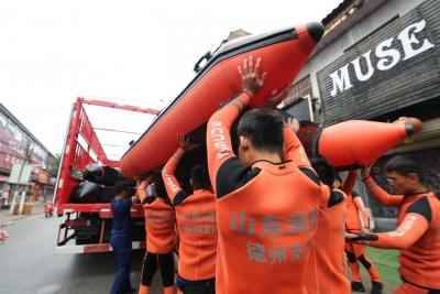 村民送来水和食物表谢意!德州消防营救转移被困群众132人 完成仓刘村营救任务
